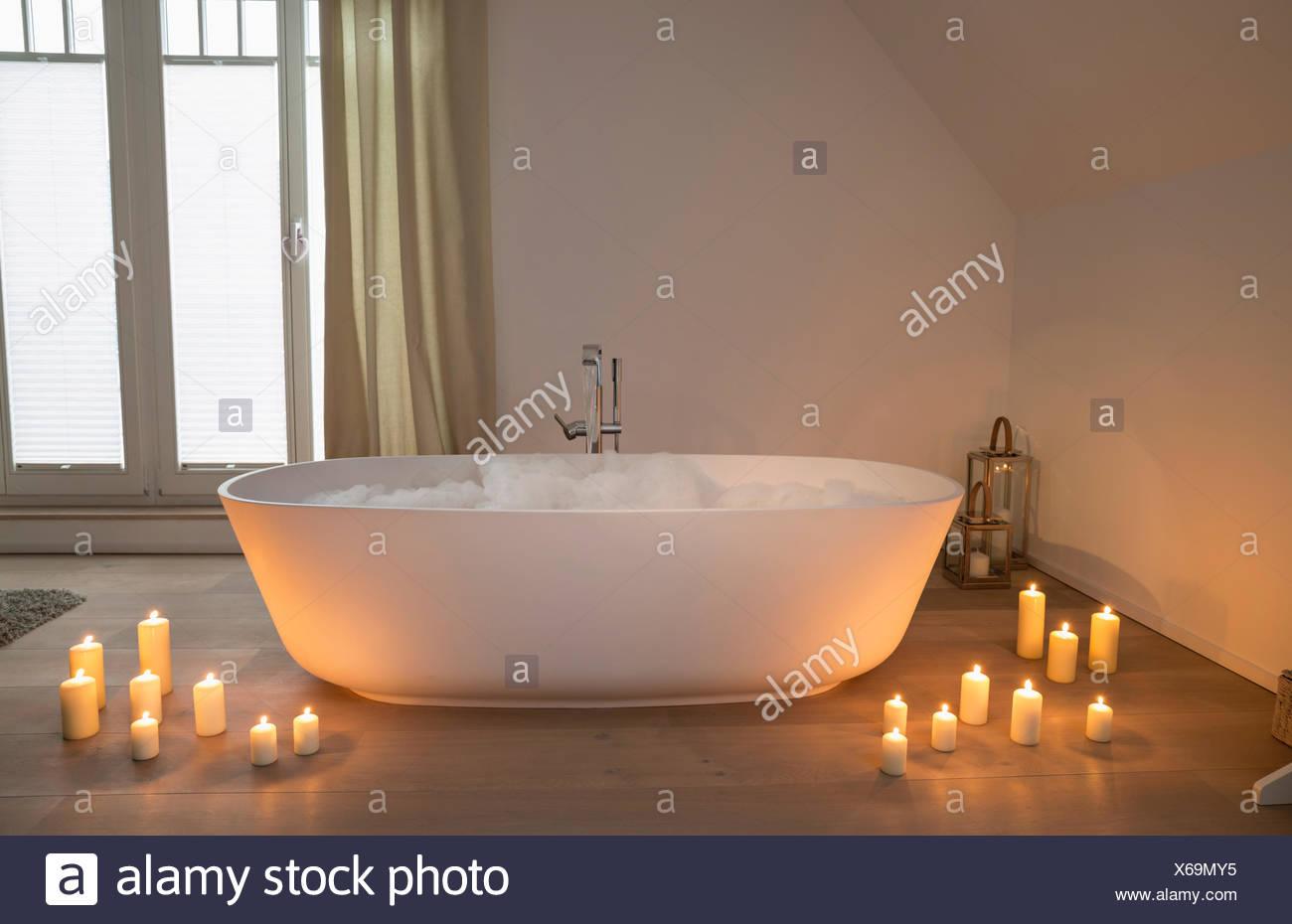 Vasca Da Bagno Romantica Con Candele : Bagno romantico con candele accese a fianco di una moderna vasca