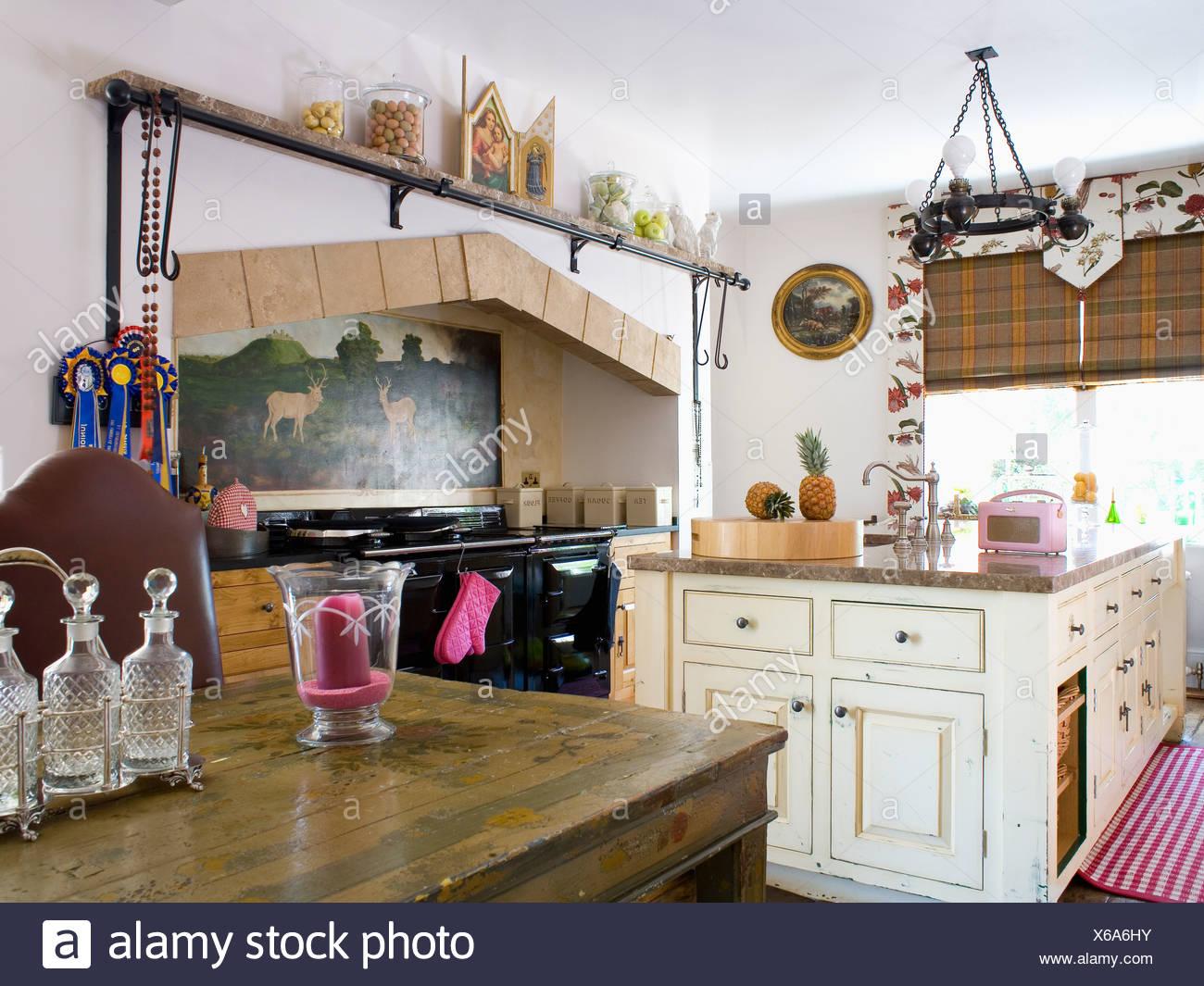 Paese di tradizionale cucina con isola di crema unità e tavolo in ...