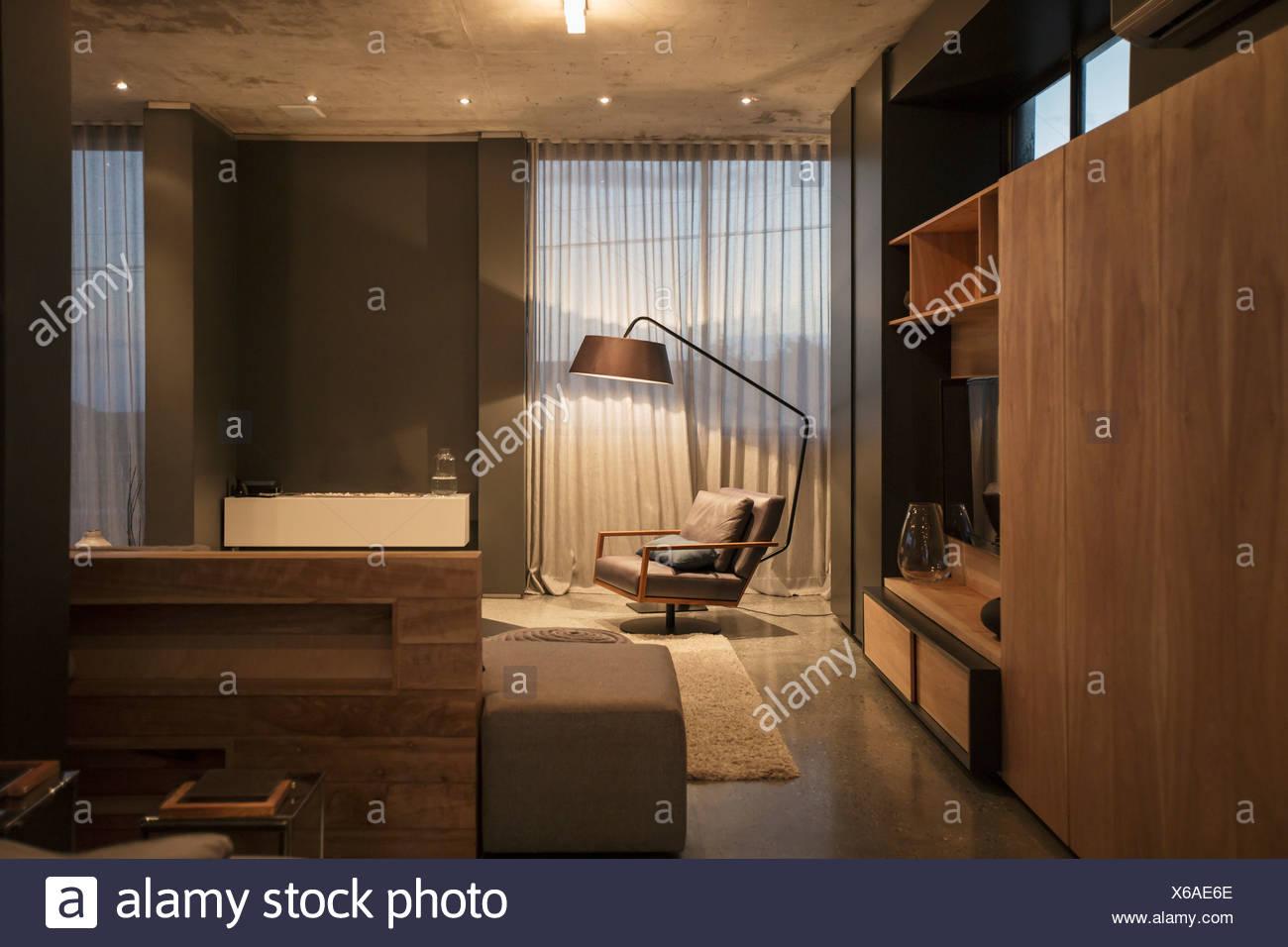 Poltrona e lampada da terra in angolo di soggiorno moderno ...