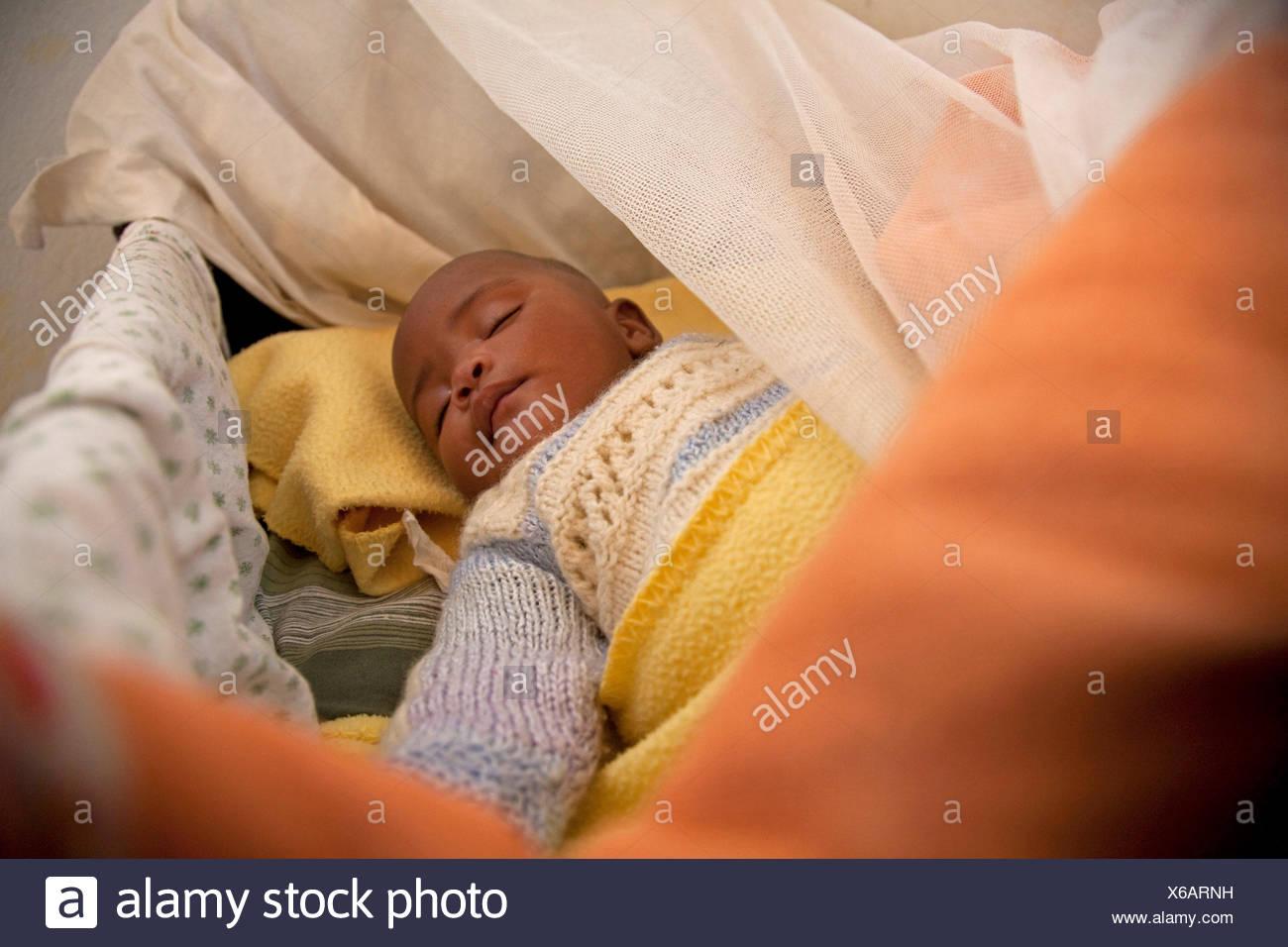 Poco orfano dormire nel letto, Burundi, Cankuzo, Cankuzo Immagini Stock