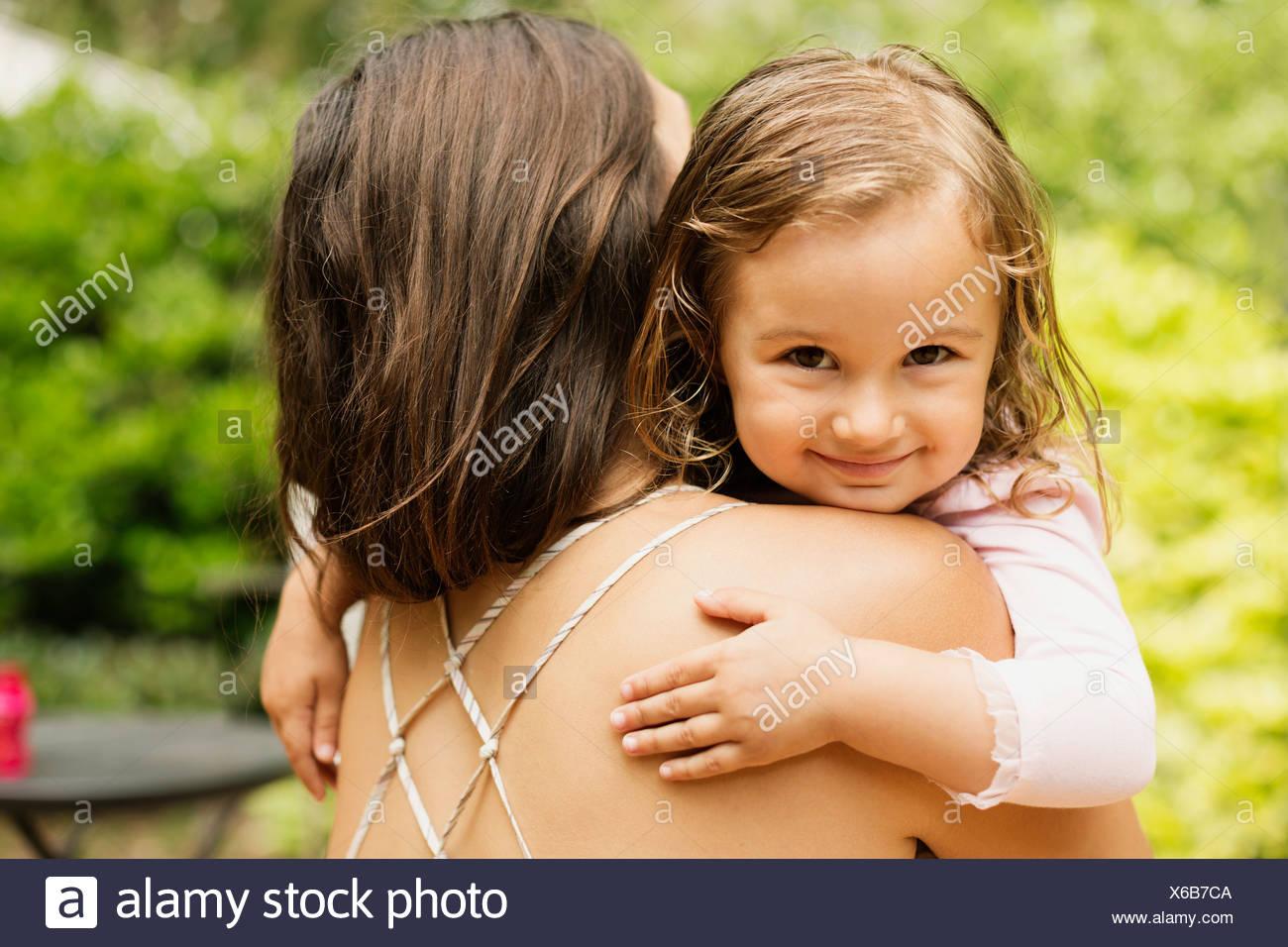 Ritratto di donna bambino portato dalla madre in giardino Immagini Stock