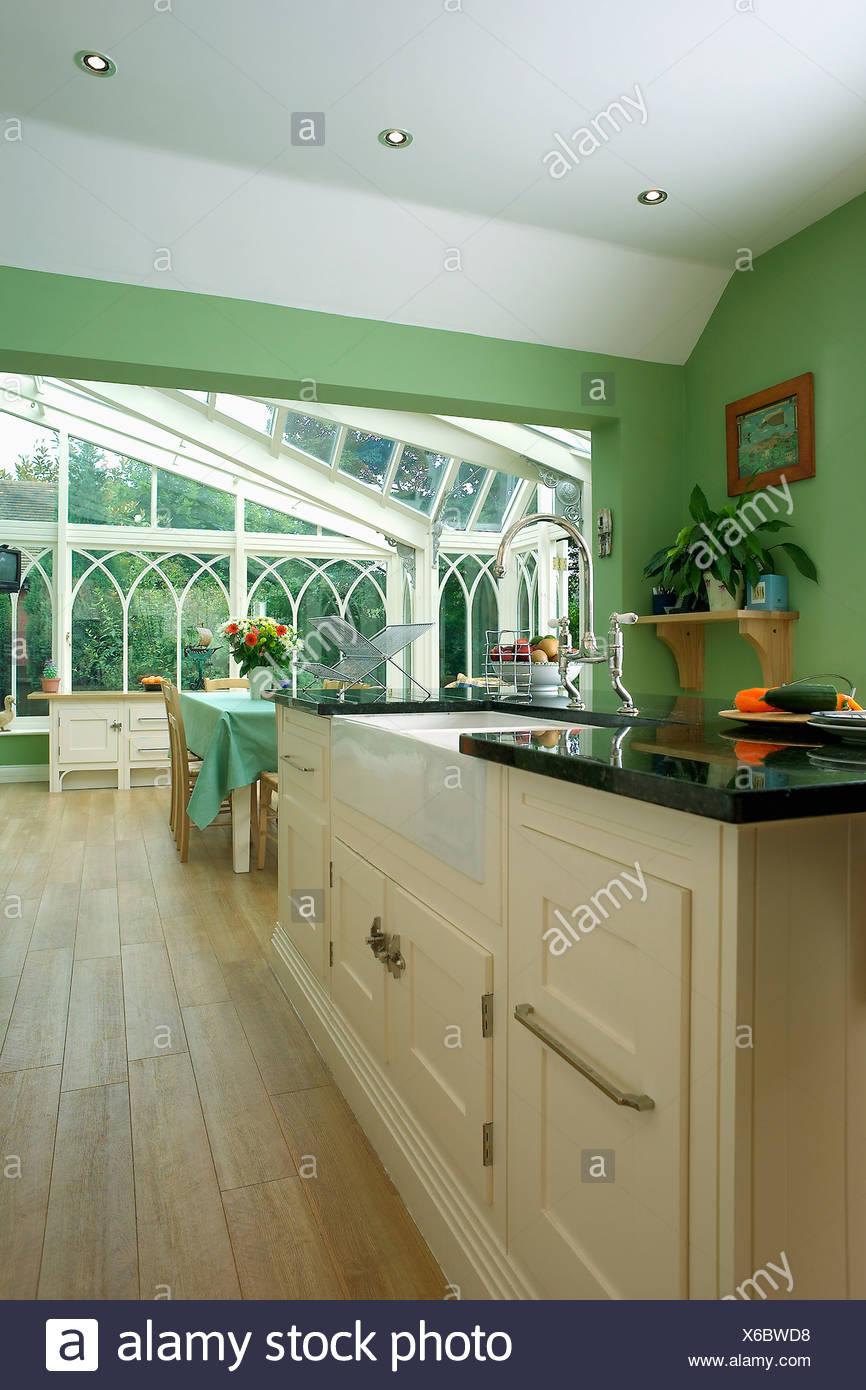 Pavimento in legno verde cucina con grande veranda sala da pranzo ...