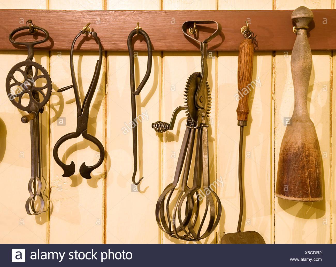 Antichi utensili da cucina appeso a ganci Foto & Immagine Stock ...