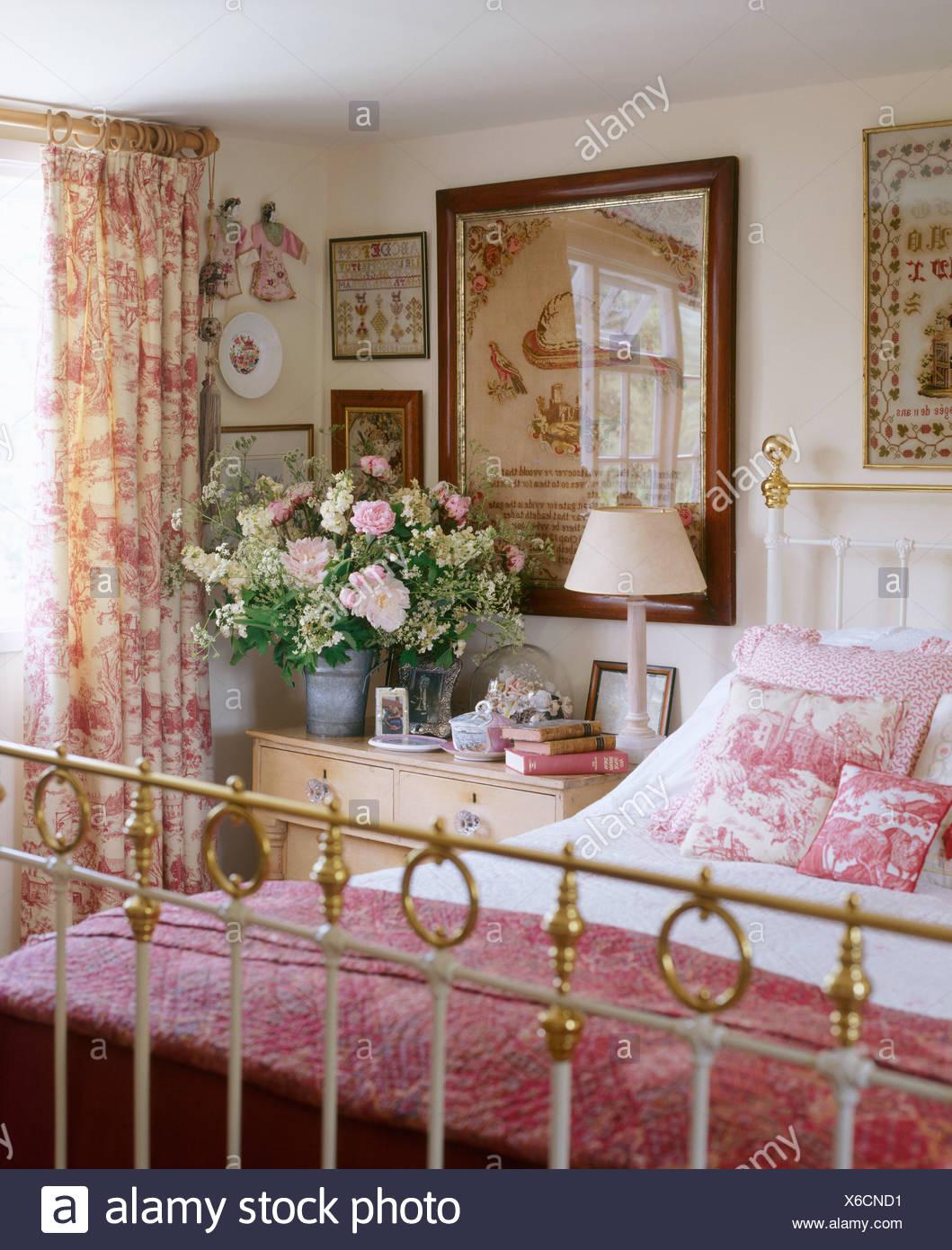 Rosa e quilt Toile de Jouy cuscini su ottone letto matrimoniale in ...