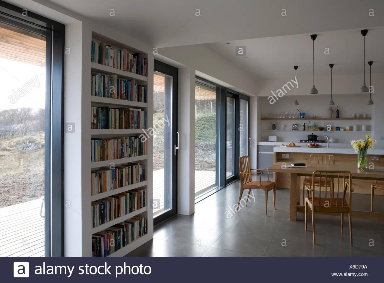 Ripiani a parete tra porte di vetro nel moderno impianto aperto