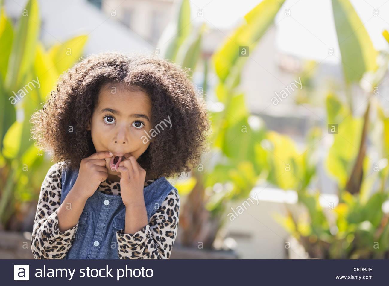 Ritratto di ragazza carina rendendo volti all'aperto Immagini Stock