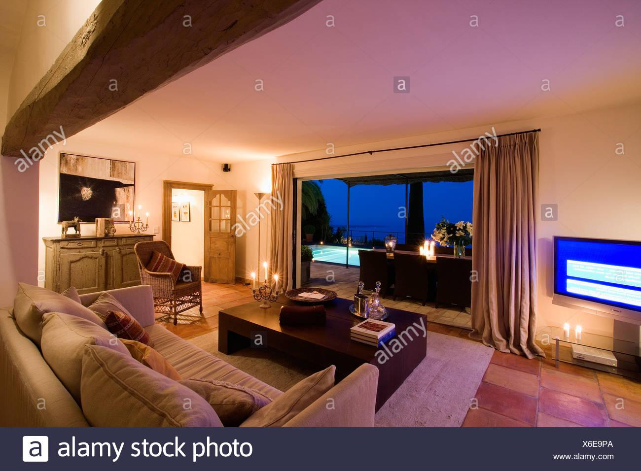 Francese moderno soggiorno balneare illuminata di notte con vista ...