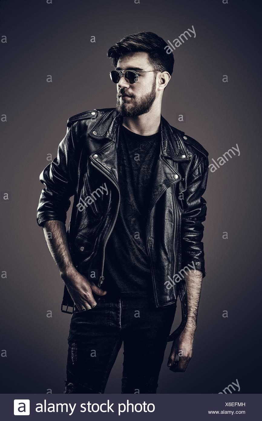8c3e1698f0 Giovani hipster giacca di pelle, guarda a lato Foto & Immagine Stock ...