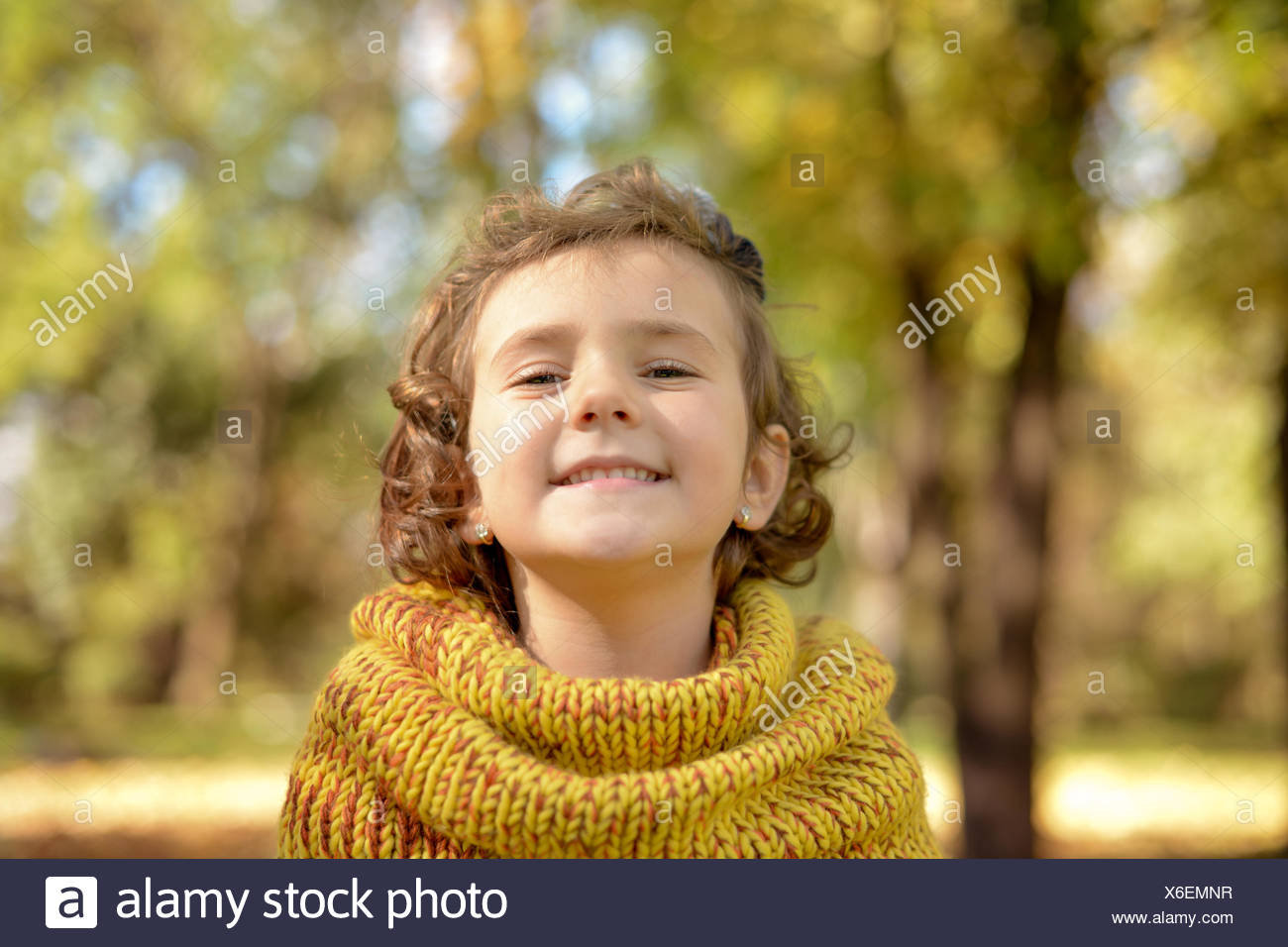 Graziosa bambina (4-5) giocando in posizione di parcheggio Immagini Stock