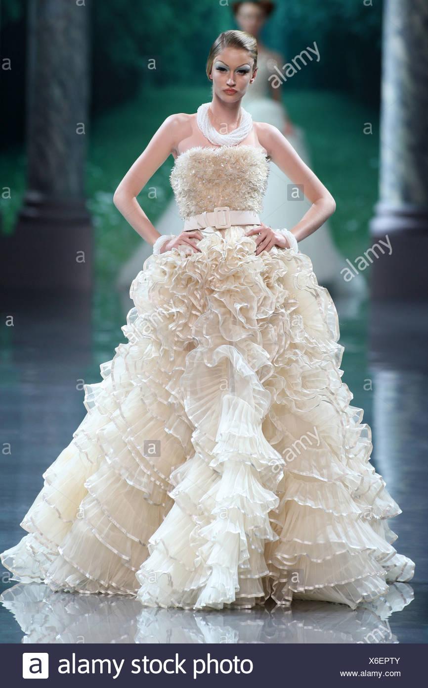 Christian Dior Parigi Haute Couture Autunno Inverno modello indossa una  crema flolength senza spalline abito da sera una cintura di cingoli e di un 2c562f19e0f