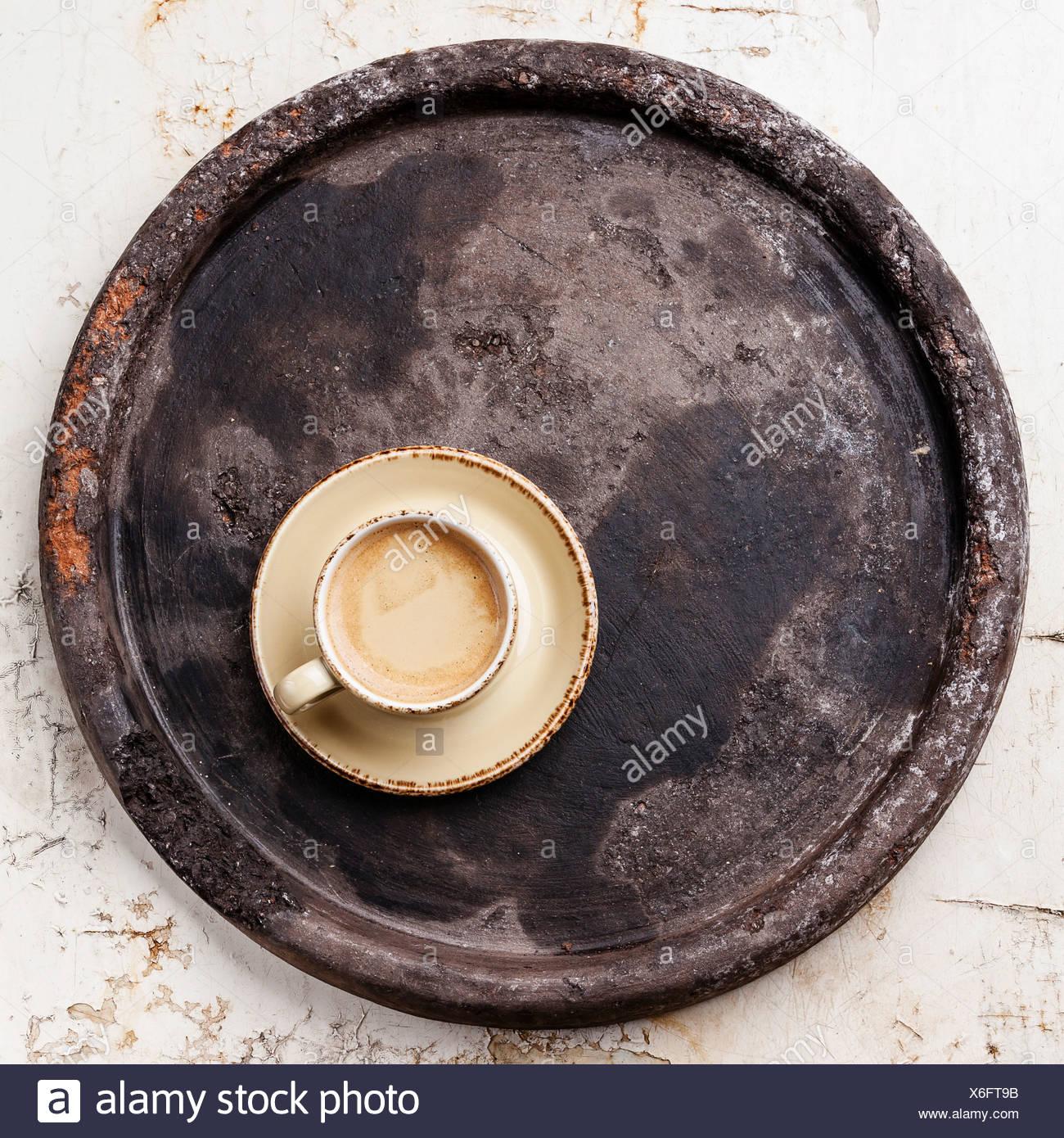 Tazza di caffè sulla pietra scura vassoio Immagini Stock