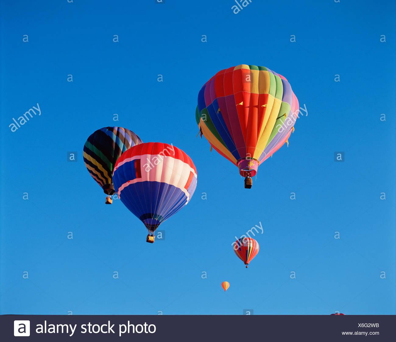 Palloni Ad Aria Calda.Angolo Basso Punto Di Vista I Palloni Ad Aria Calda In Volo Foto