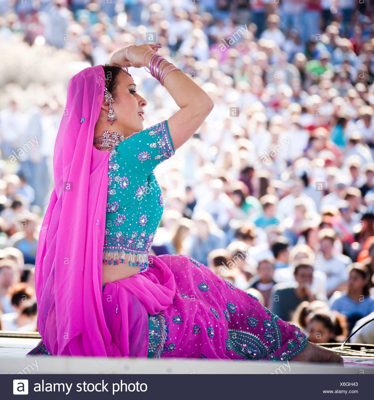 Stati Uniti d'America, Utah, Spagnolo forcella, metà adulto ballerino in abbigliamento tradizionale di eseguire sul palco Immagini Stock