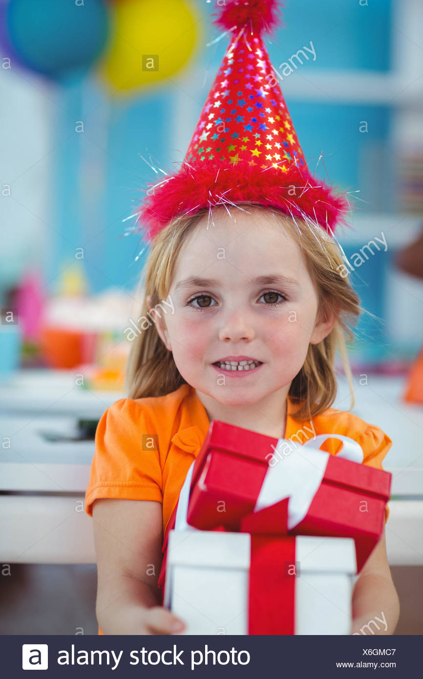 Sorridente ragazza alla festa di compleanno Immagini Stock