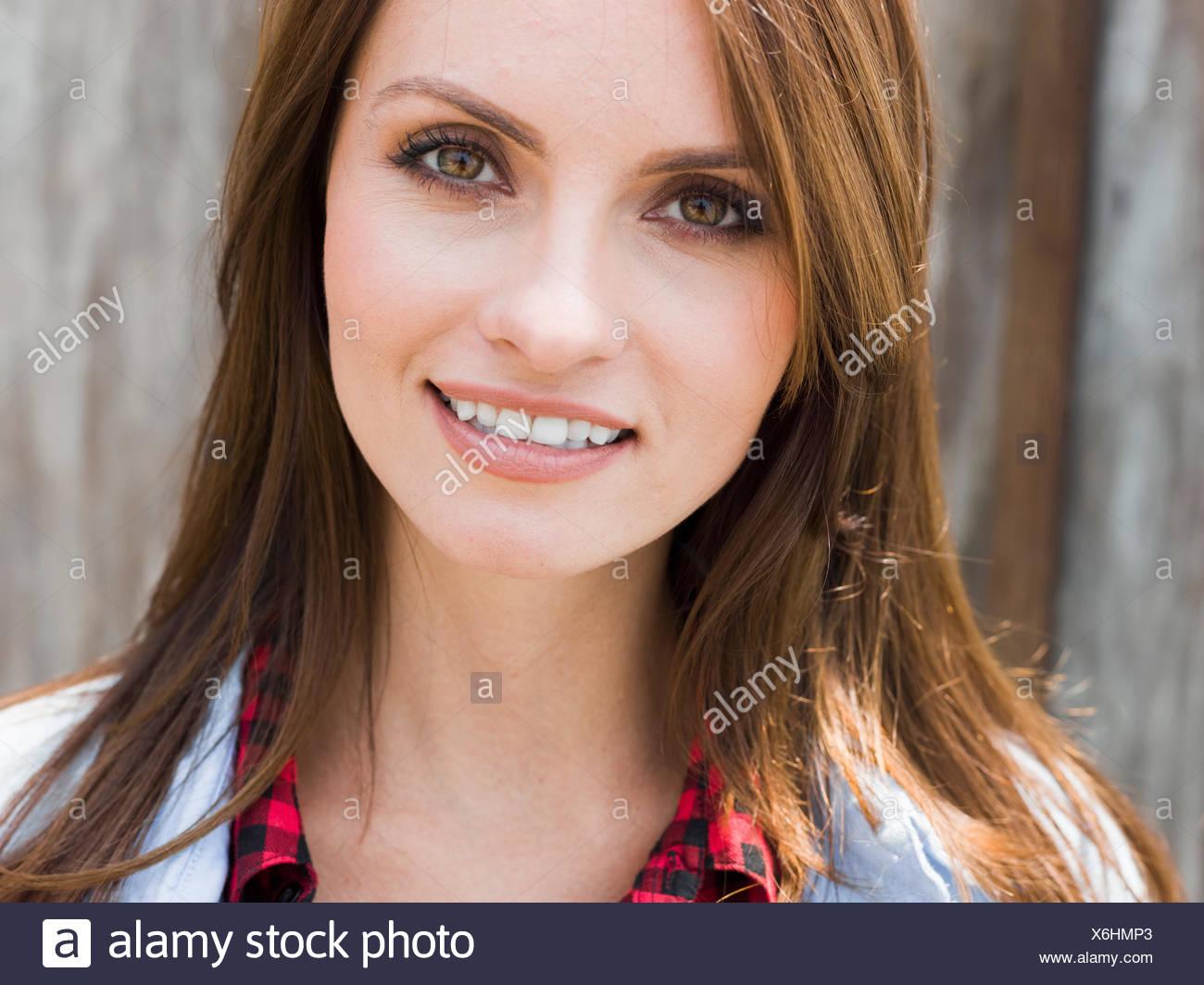 Una bella donna con occhi marroni e capelli castani. Immagini Stock