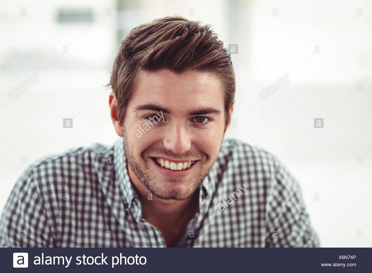 Sorridente business casual uomo Immagini Stock