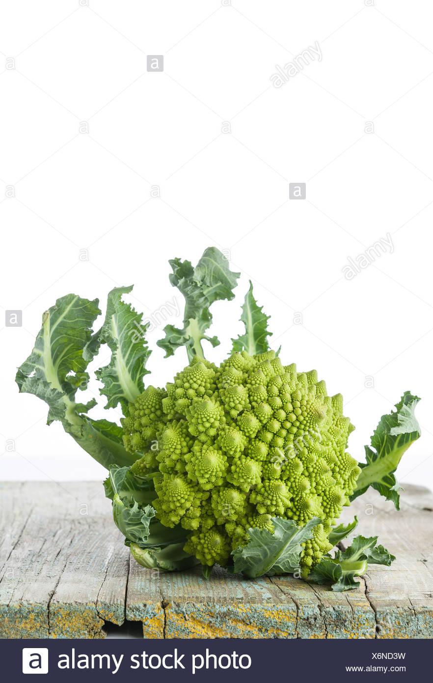 Cavolo broccolo Romanesco su sfondo bianco Immagini Stock