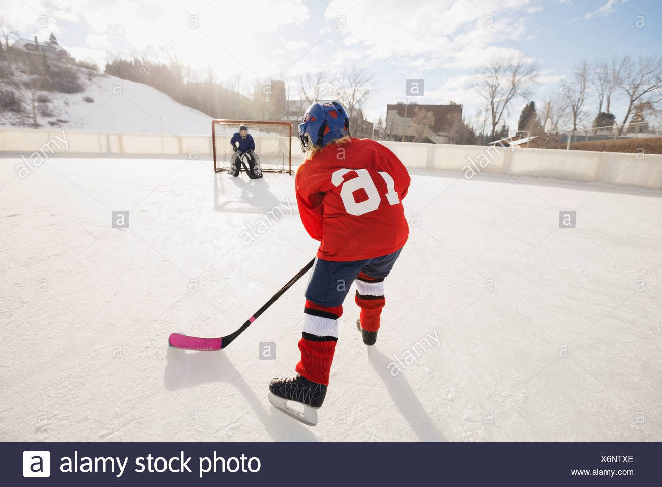 Bambini che giocano hockey su ghiaccio Immagini Stock