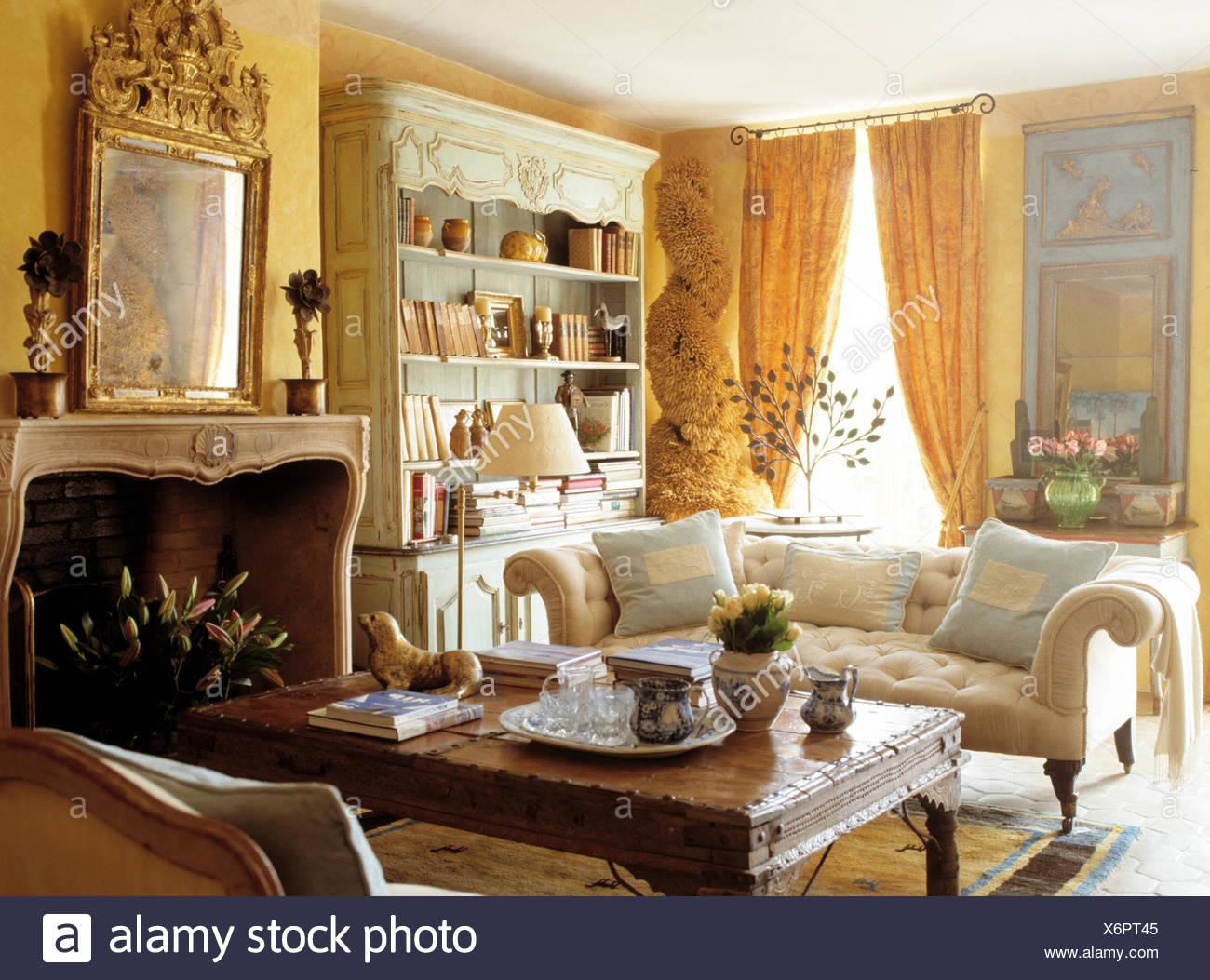 Ornati con cornici dorate specchio antico camino sopra nel ...