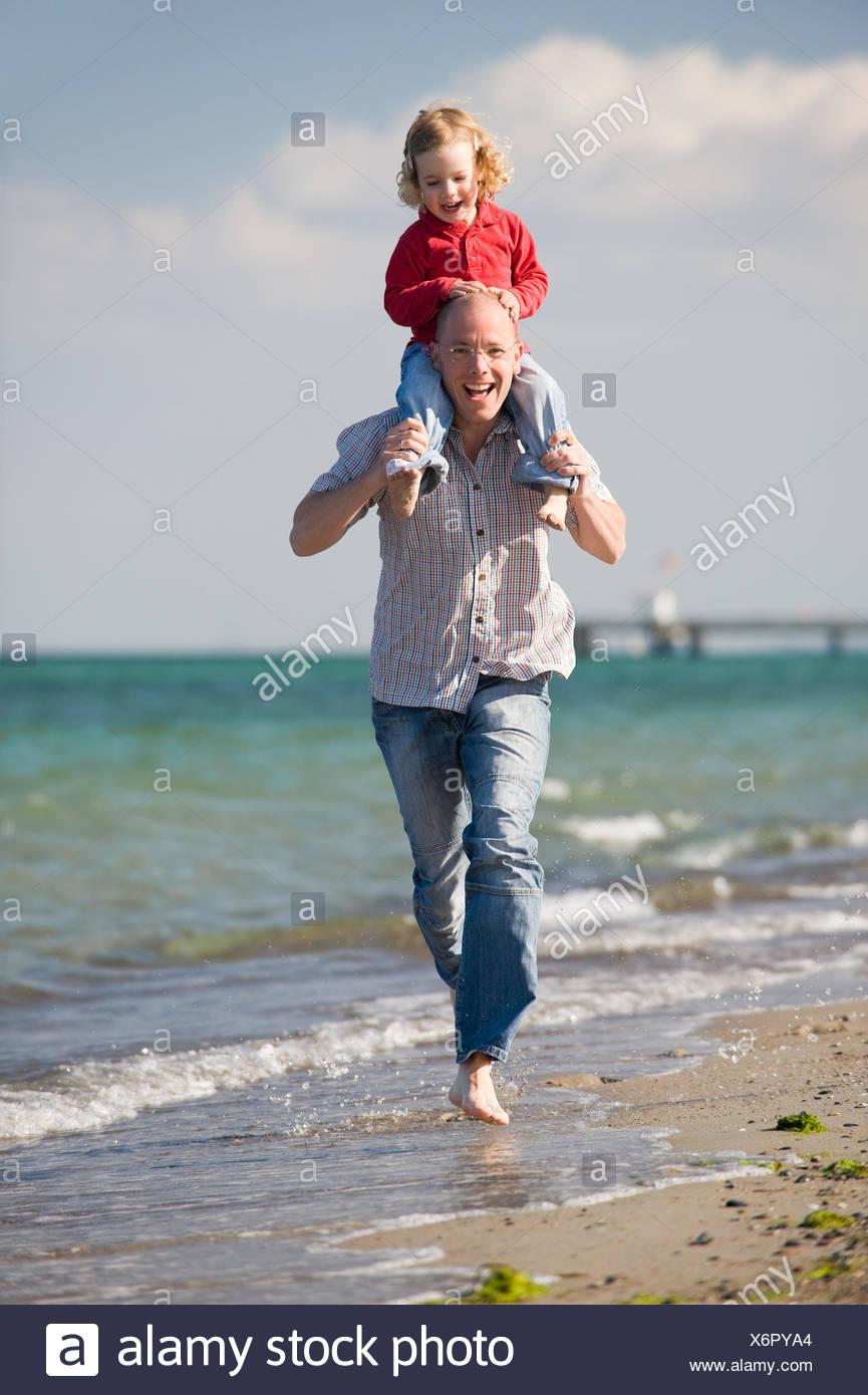 Padre con la figlia sulla spiaggia Foto Stock