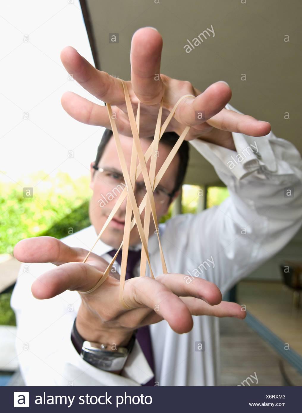 L uomo si estende fasce elastiche Foto Stock
