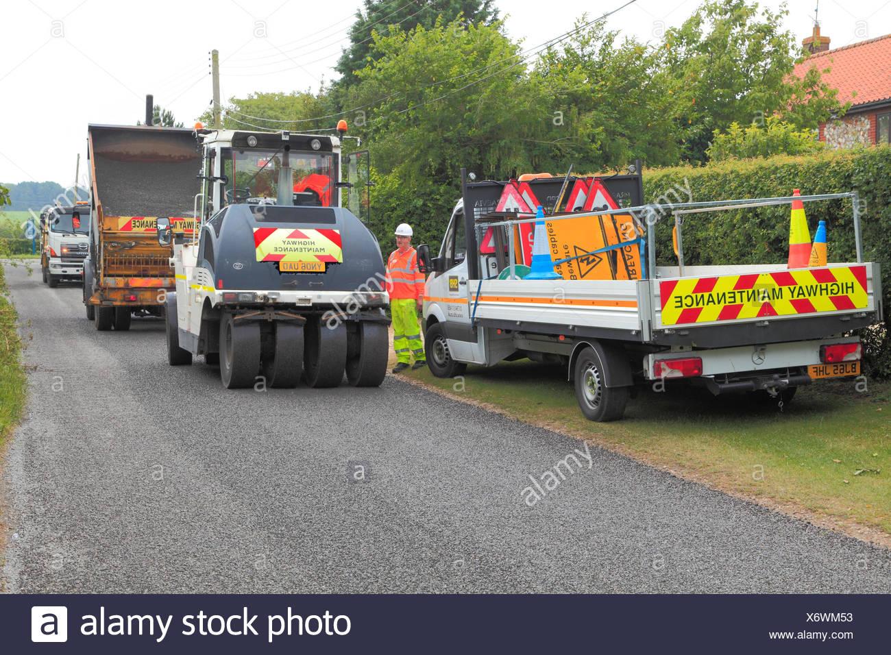 La superficie stradale, spogliatoio, riparazione, camion, Norfolk, Inghilterra, Regno Unito, emulsione di bitume, pietra trucioli Immagini Stock