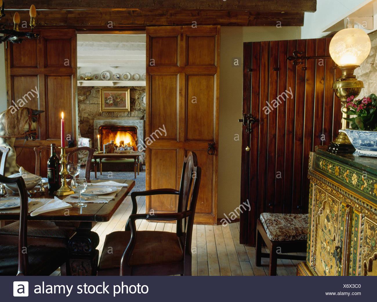 Credenza Da Soggiorno : Lampada in stile vittoriano sulla credenza nella sala da pranzo