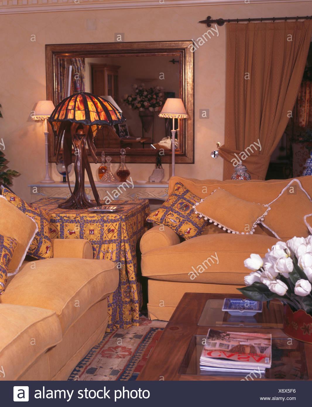 Art Nouveau lampada sul tavolo con giallo panno modellato tra divani ...