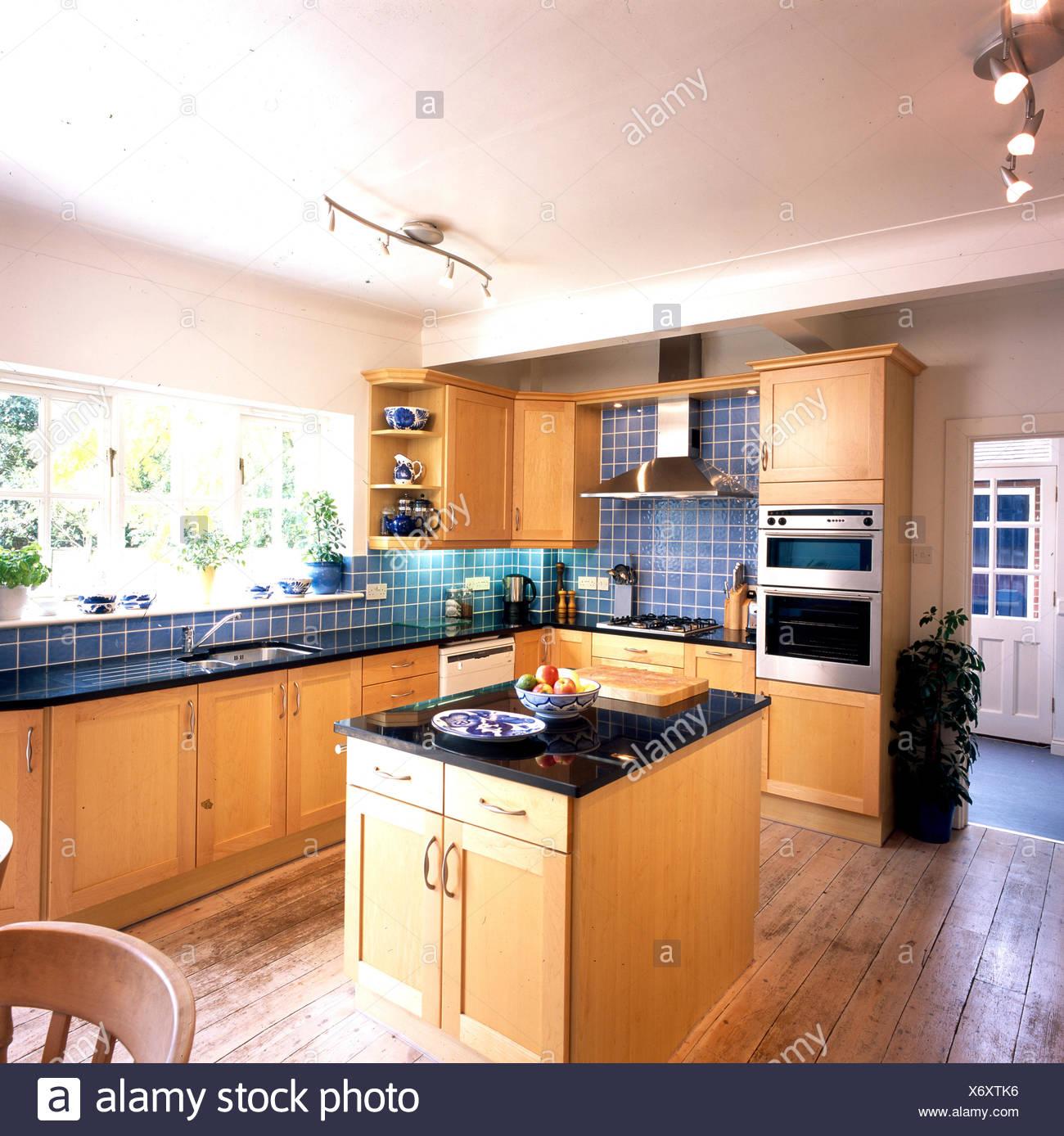 Unità di isola in cucina con piastrelle blu e in legno dotati di ...