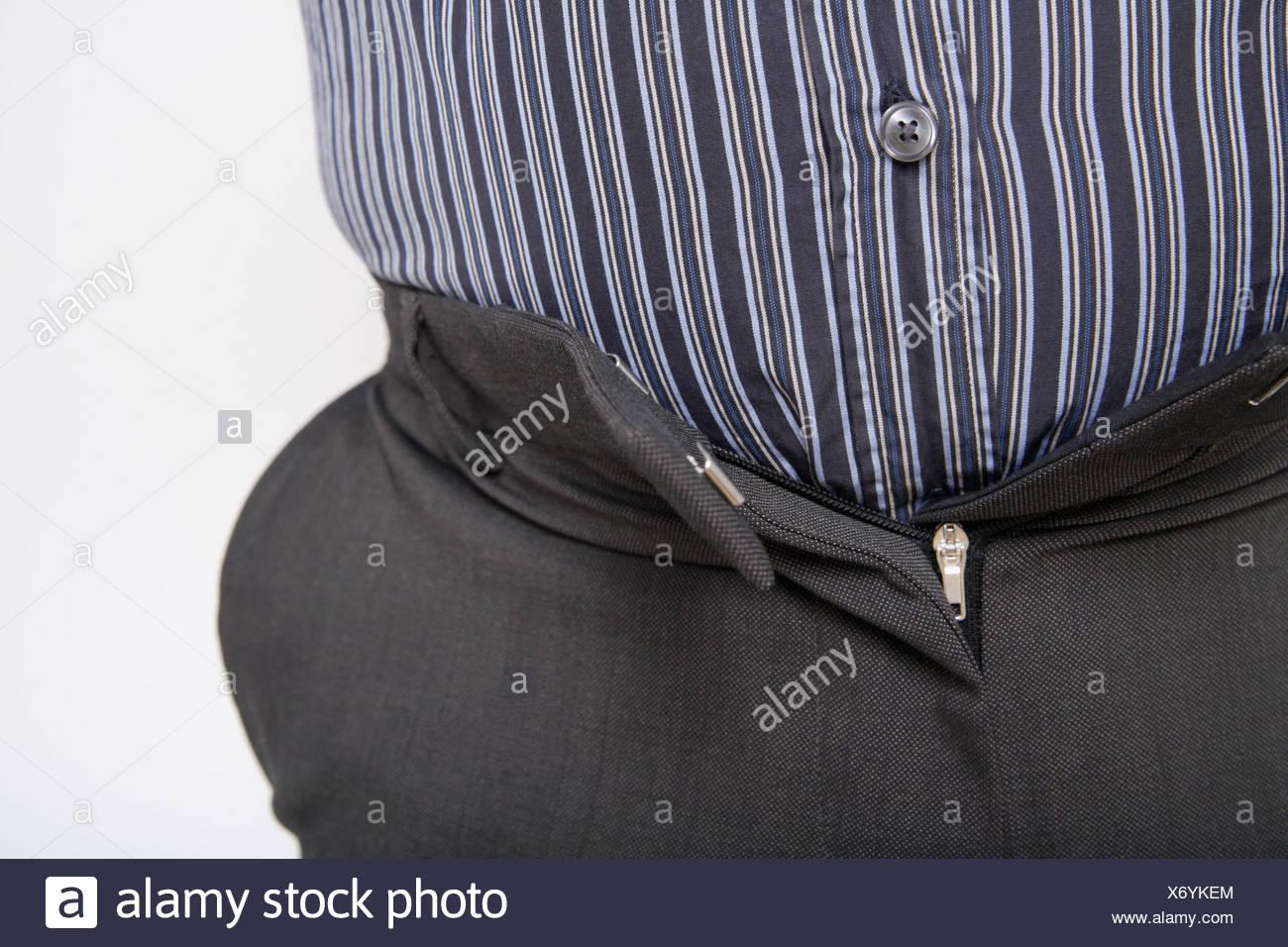 Close up uomo maturo con i pantaloni stretti contro uno sfondo bianco Immagini Stock
