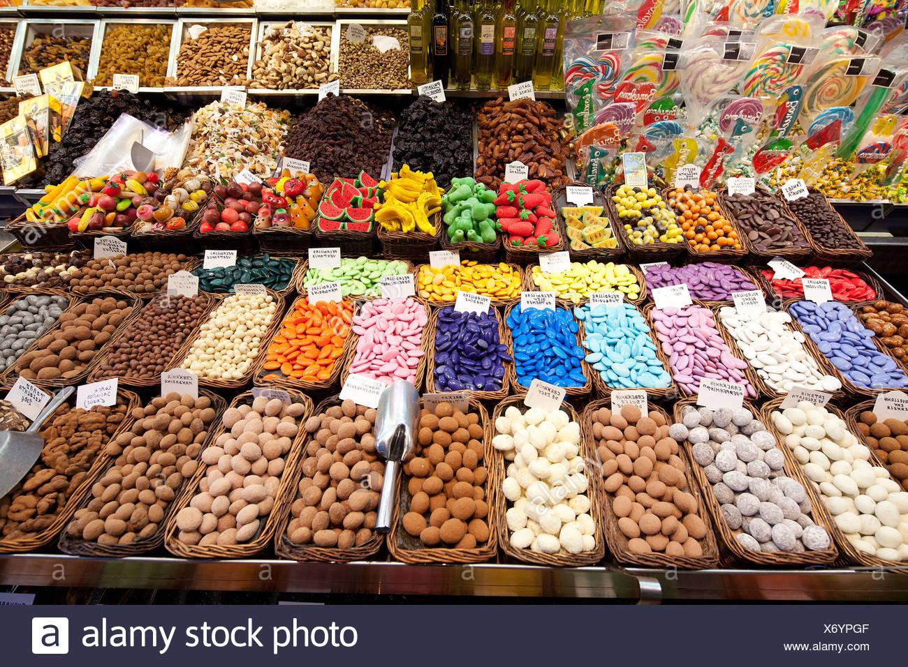 Caramelle, cioccolato e dolciumi, La Boqueria, stallo del mercato, Ramblas, Las Ramblas, l'area pedonale, Barcellona, in Catalogna, Spagna Immagini Stock