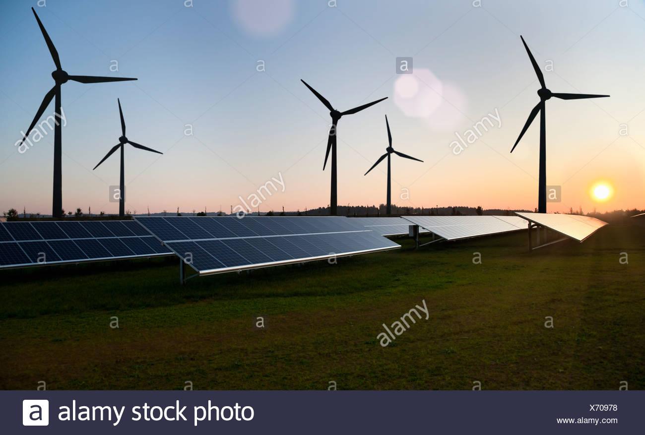 Le turbine eoliche e pannelli solari in campo Immagini Stock