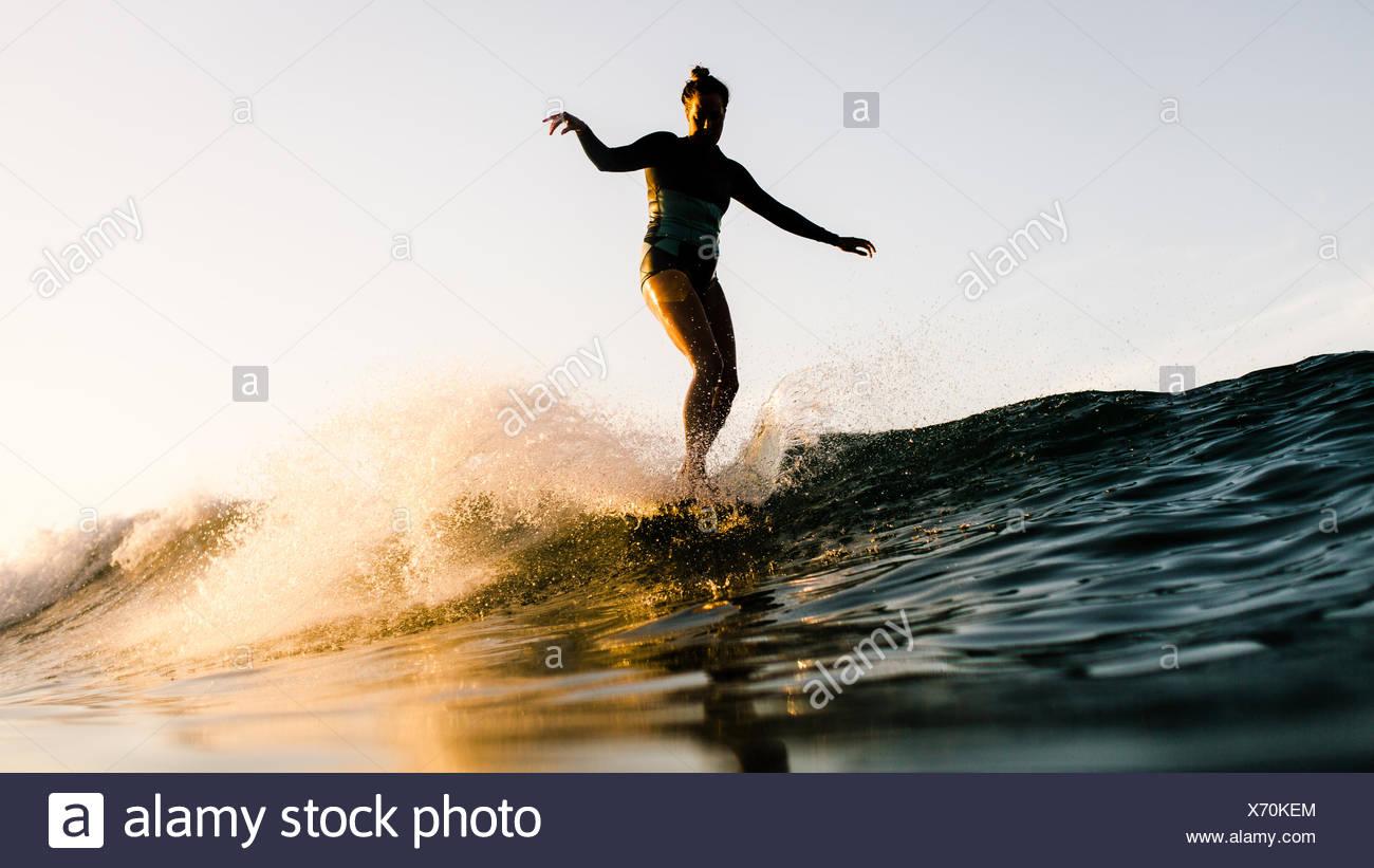 Le donne in piedi sulla tavola da surf, Malibu, California, Stati Uniti d'America Immagini Stock