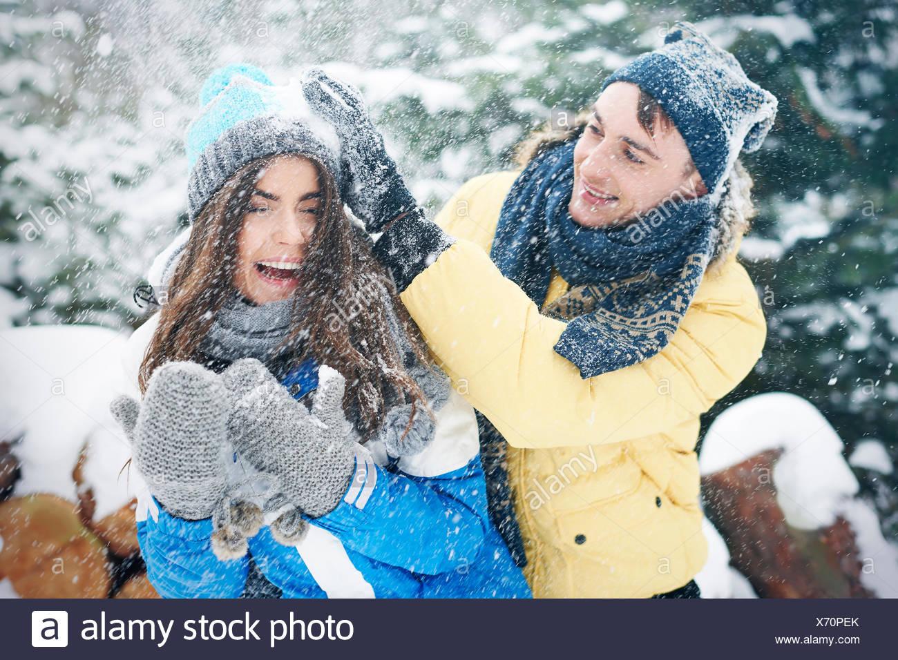 Lotta con le palle di neve in inverno ci rendono più felici. Debica, Polonia Immagini Stock