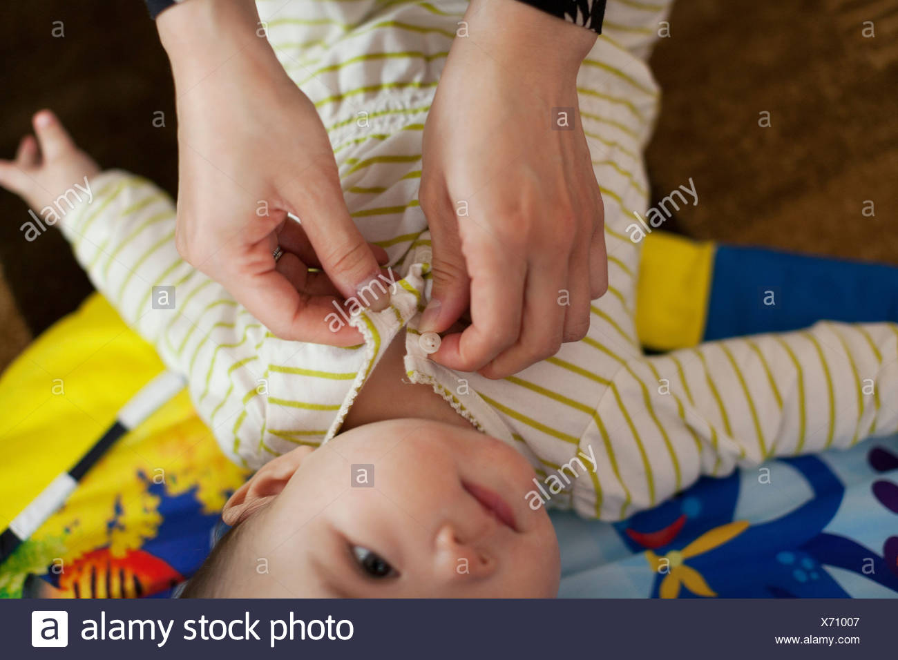 Close up di madre medicazione bimba Immagini Stock