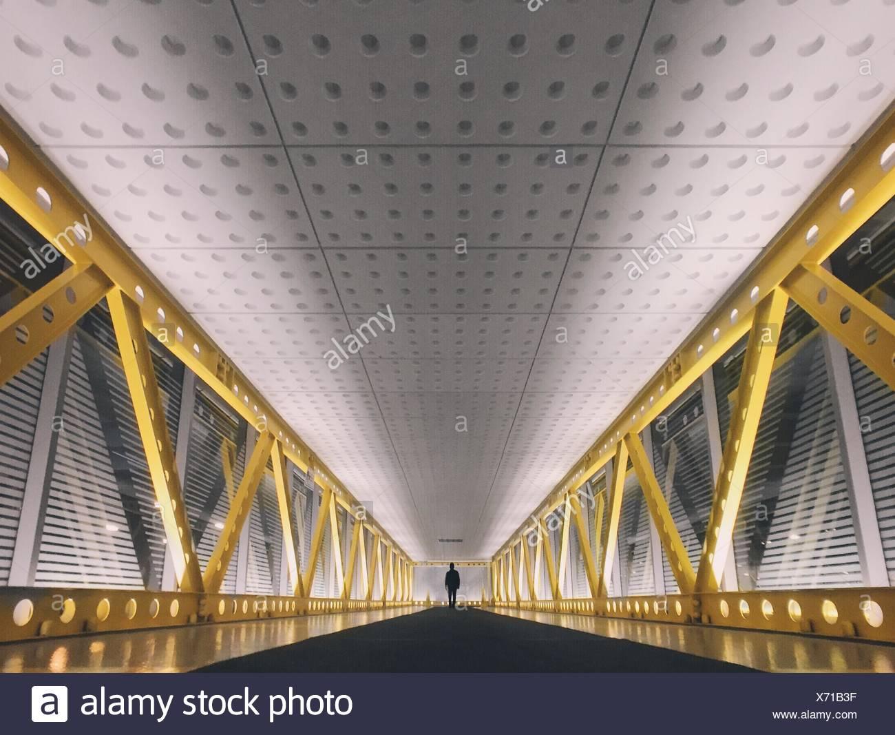 Distanza persona Silhouette camminando sul Ponte Immagini Stock