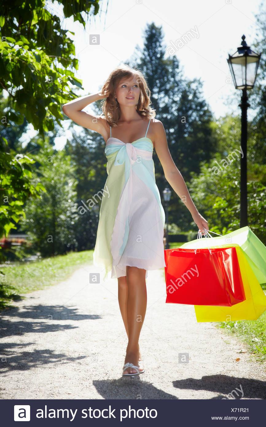 3d37fb57d8b6 Giovane donna che indossa un vestito estivo