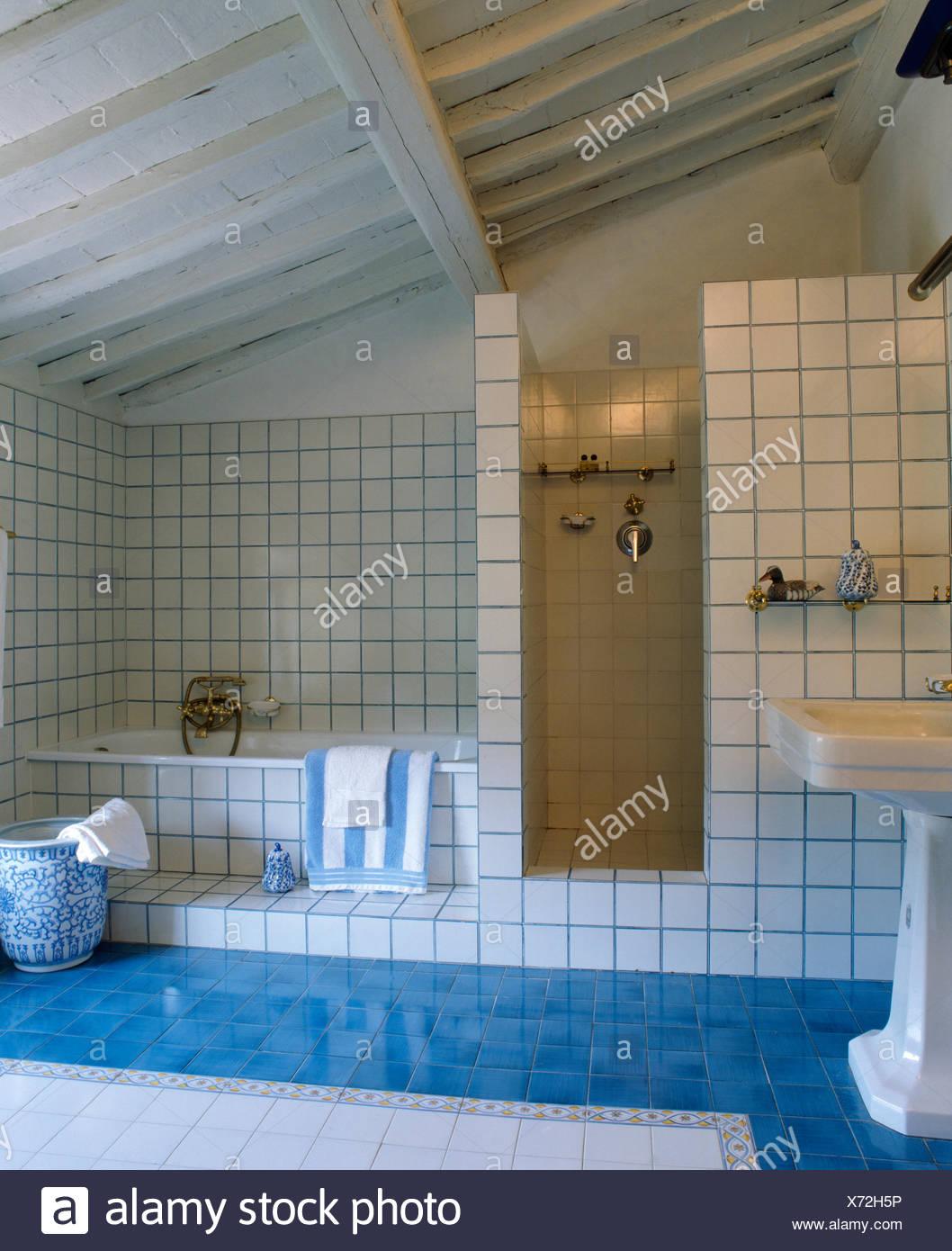 https://c8.alamy.com/compit/x72h5p/il-blu-acquamarina-pavimento-piastrellato-in-moderno-bianco-toscano-in-piastrelle-bagno-con-dipinti-di-bianco-travi-a-soffitto-x72h5p.jpg