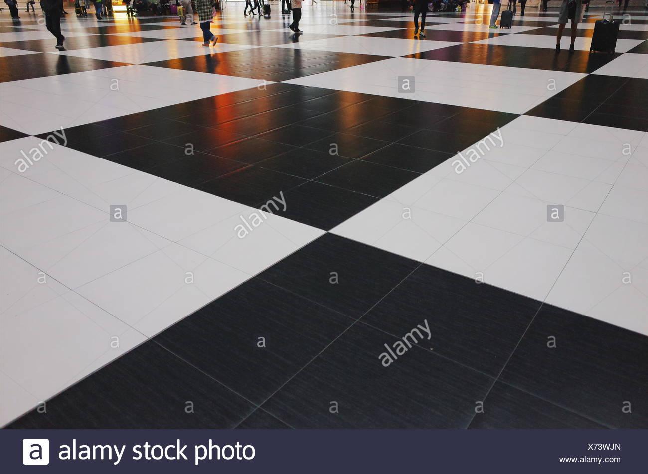 A scacchi in piastrelle del pavimento foto & immagine stock