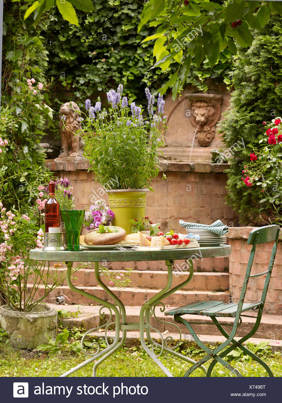 Tavoli Da Giardino Decorati.Decorate Tavolo Da Giardino In Un Ambiente Romantico Foto Immagine
