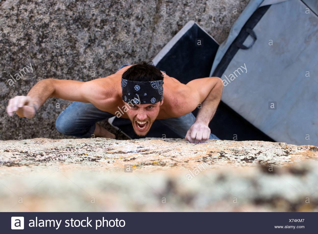 Giovane uomo roccia massi di granito nel Vescovo, California Immagini Stock