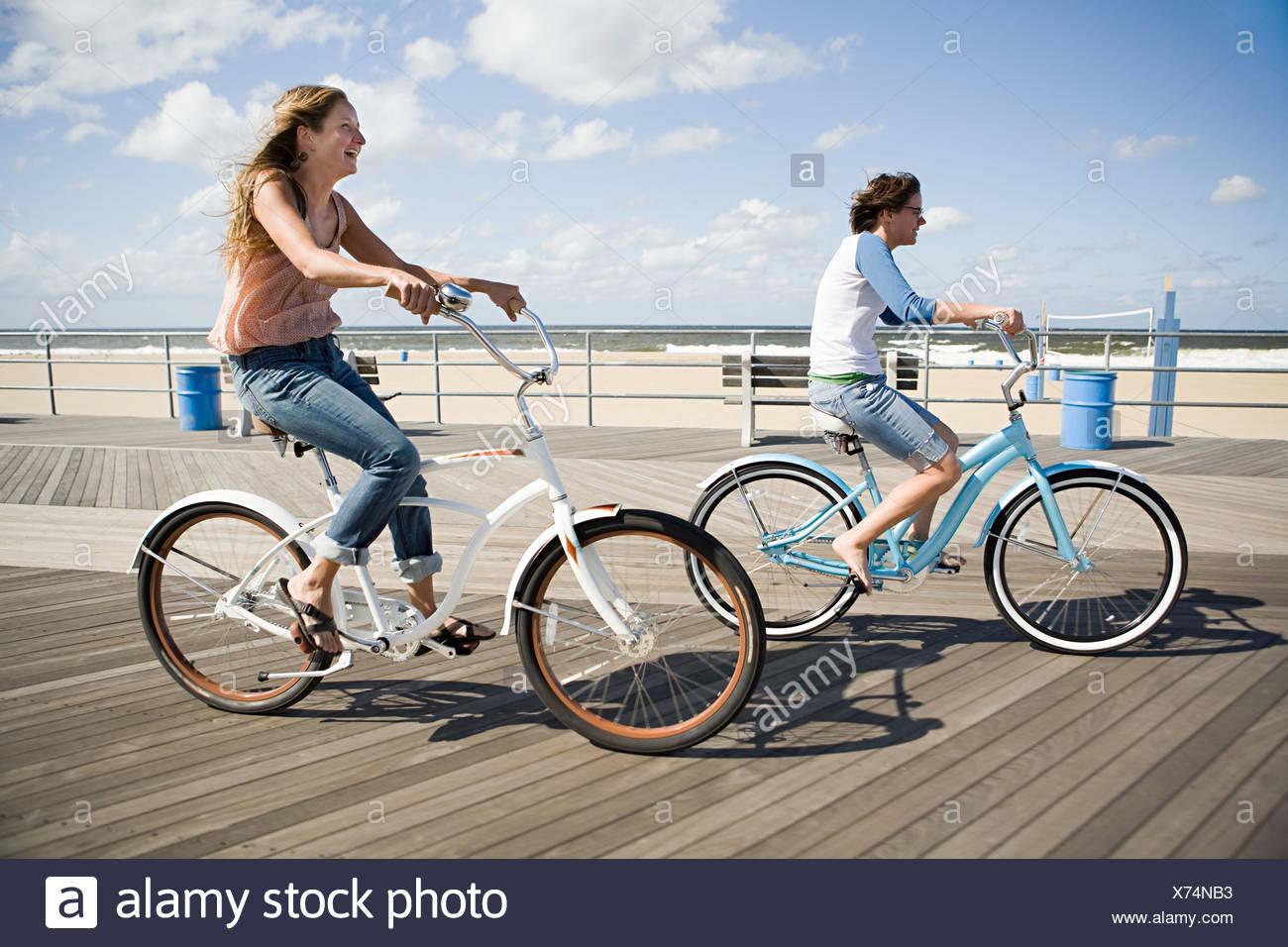 Due Donne In Bicicletta Sul Lungomare Foto Immagine Stock