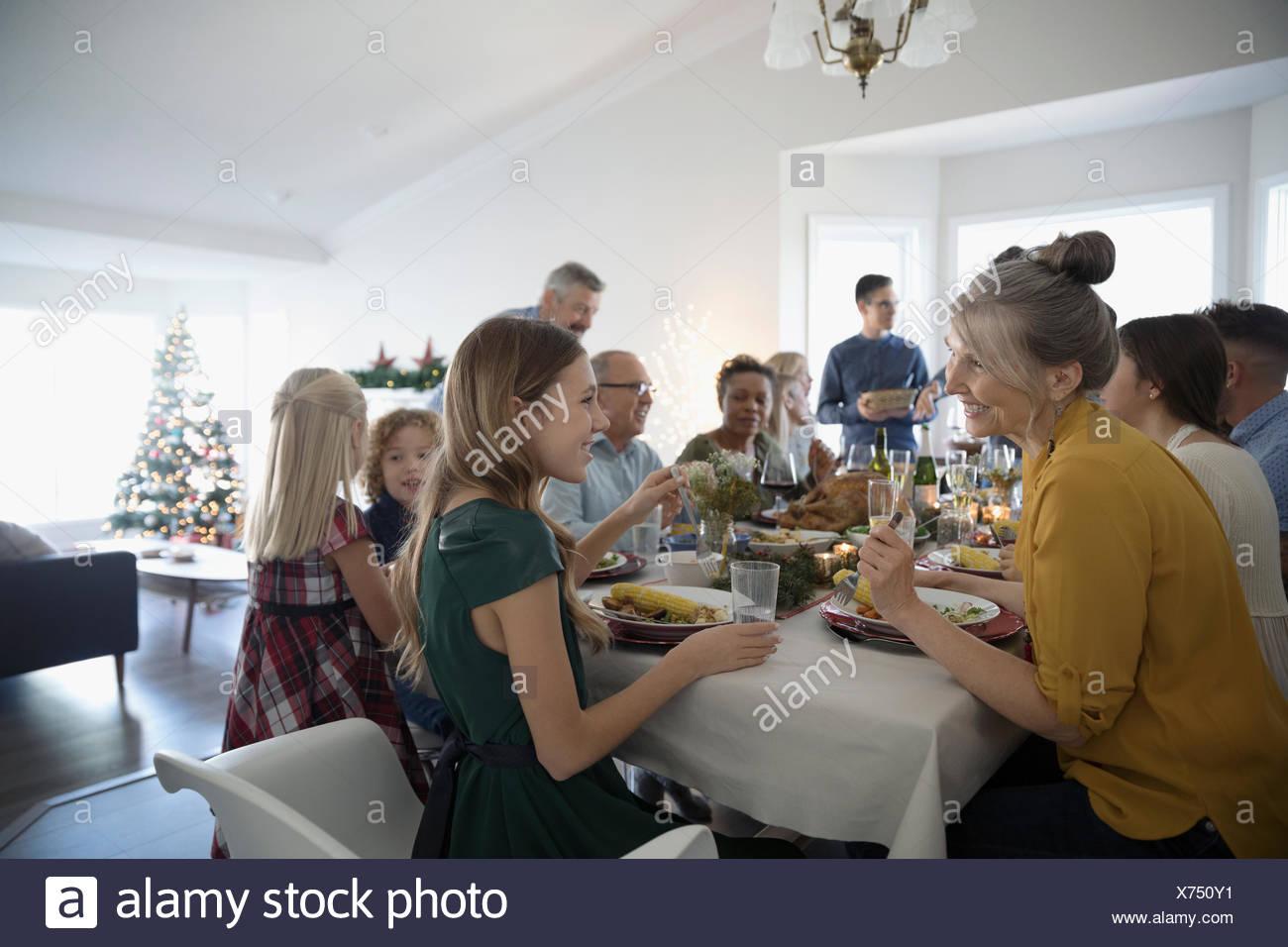 Multi-generazione famiglia godendo la cena di Natale a tavola Immagini Stock