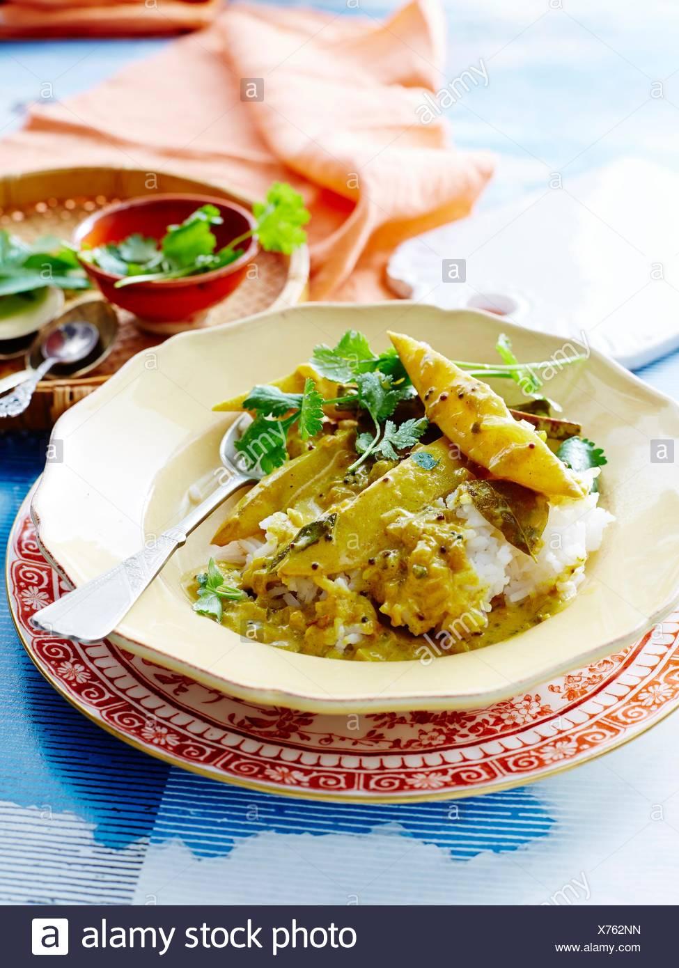 Elevato angolo di visualizzazione dello Sri Lanka mango curry e riso guarnendo con coriandolo Immagini Stock