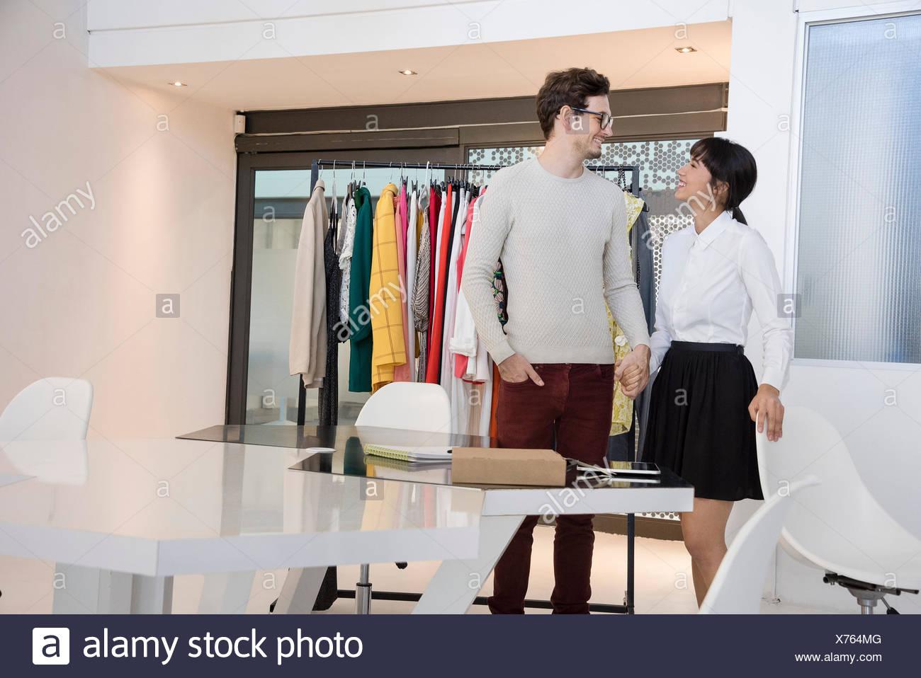 Professionisti del design sorridente in abbigliamento design studio Immagini Stock