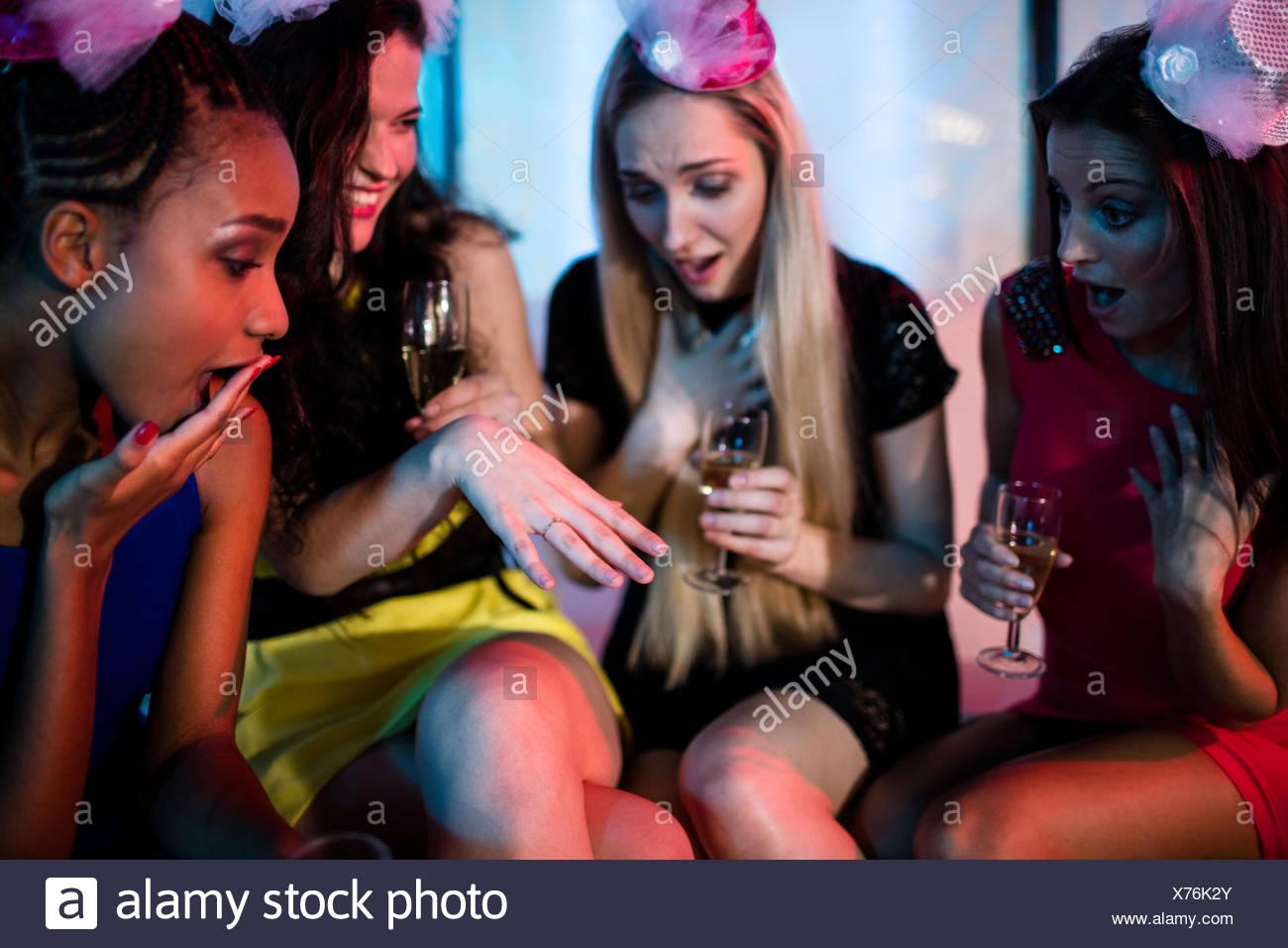 La donna che mostra l'anello di impegno per i suoi amici Immagini Stock