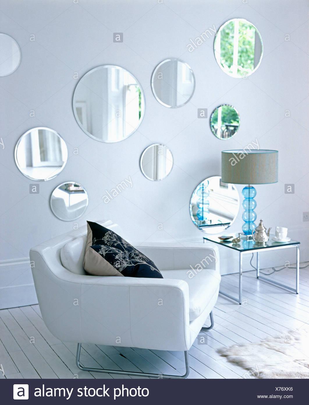 Bianco Pelle poltrona e tavolino in vetro con lampada in vetro nel ...