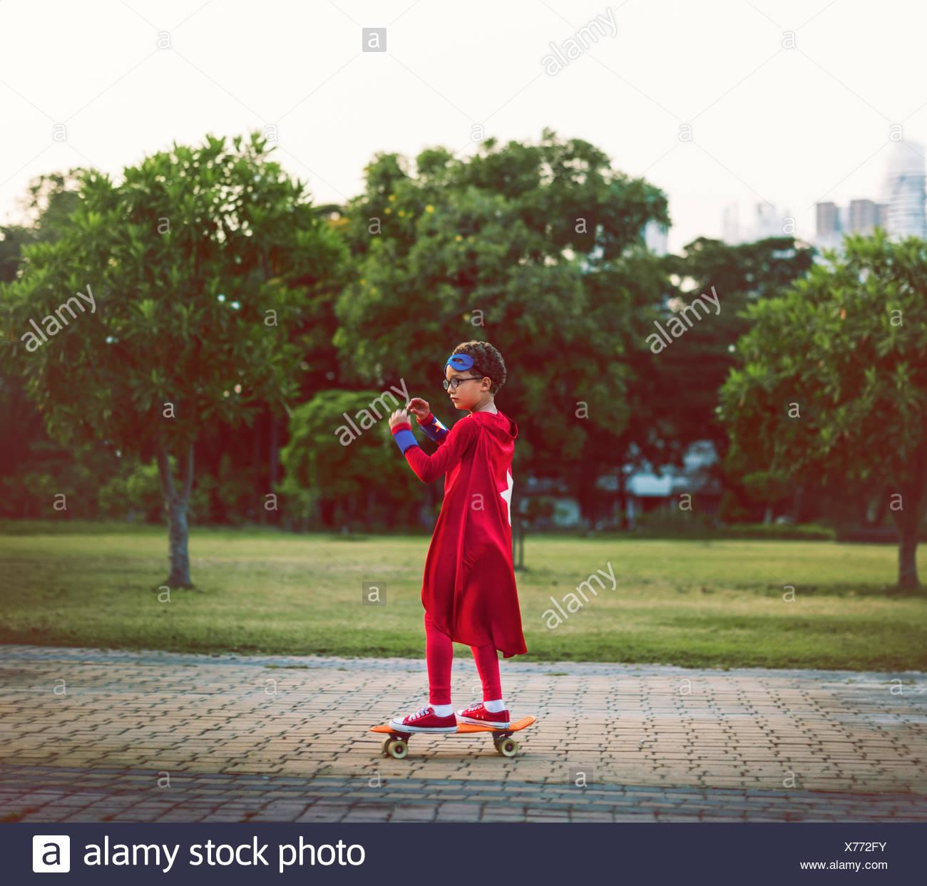 Il supereroe che ragazzo simpatico felicità divertimento concetto ludico Immagini Stock