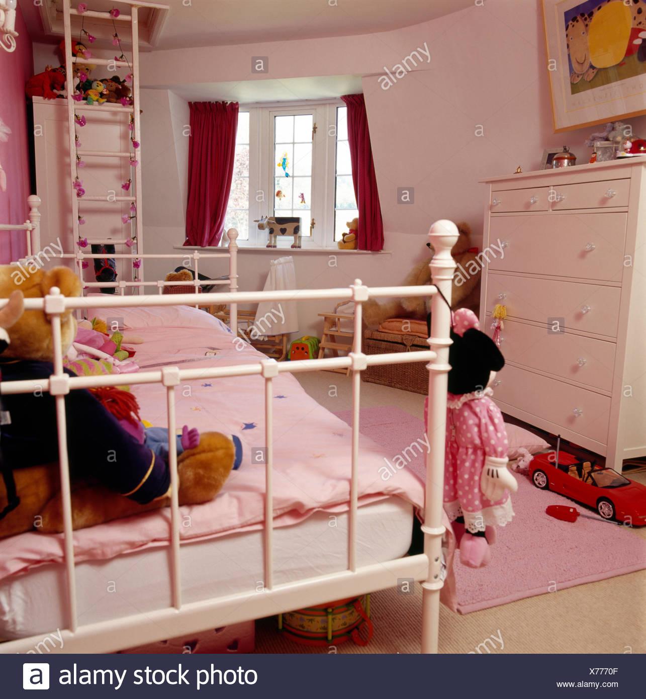 sports shoes 84424 866df Bianco metallo verniciato letto con piumone rosa in camera ...