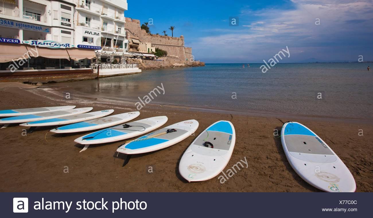 Paddleboard, spiaggia con castello in background, Mare mediterraneo, Peníscola, provincia di Castellón, Comunità Valenciana, Spagna, Europa. Immagini Stock